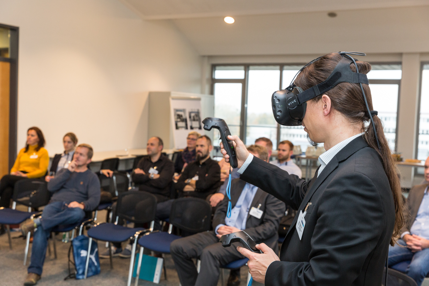Ronny Willfahrt mit VR-Datenbrille im Workshop Social Virtual Learning am 24. Oktober 2019 in Schwerin